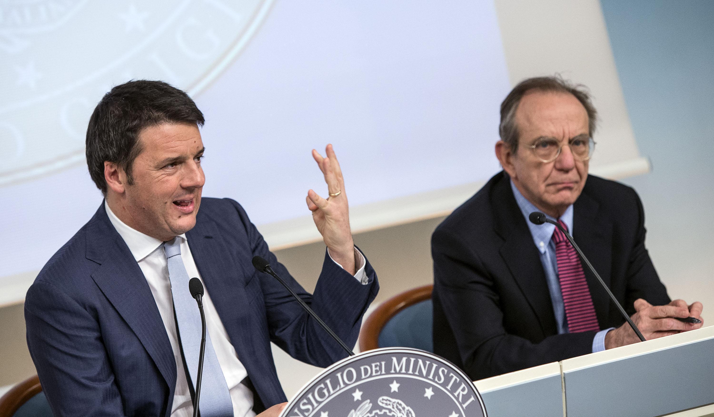 Il presidente del Consiglio Matteo Renzi (S) con il ministro dell'Economia Pier Carlo Padoan a palazzo Chigi a Roma